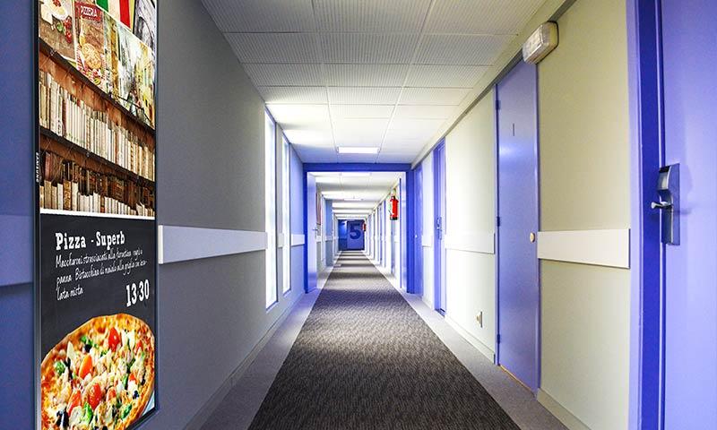 Hotel-Digital-Signage-Pension-Flur-Beschilderung-Bildschirm-Information-Tourismus-Branche-Digitale-Beschilderung-DNZ-Networks